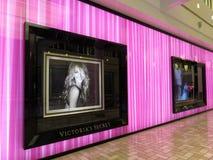 购物中心的紫色Victorias秘密商店 库存图片