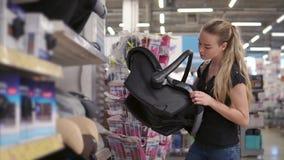 购物中心的迷人的妇女 影视素材
