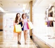 购物中心购物妇女年轻人 免版税库存照片