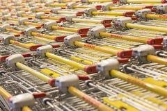 购物中心,少量访客,许多产品的卡车,社论 免版税库存图片