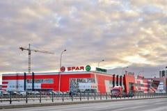 购物中心-争吵商店在新的buildin的背景中 免版税库存图片