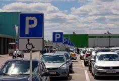 购物中心`毕业`的停车场的片段在市沃罗涅日 免版税库存图片
