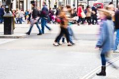 购物人在城市 免版税库存照片