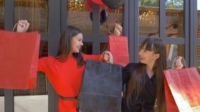 购物假日,滑稽的妇女享受从昂贵的商店的新的购买正是季节折扣在黑星期五 股票录像