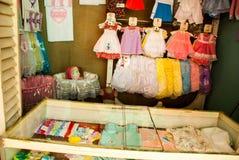 购物儿童` s衣物被卖的地方 哈瓦那 古巴 免版税库存照片