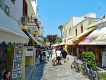 购物和观光在一条街道上在Kos希腊 免版税库存图片
