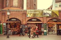 购物在商店的人们在著名Viktualienmarkt市场附近 巴伐利亚人 免版税图库摄影