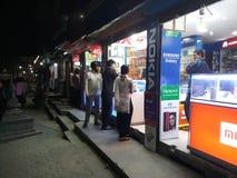 购物在晚上 免版税库存照片