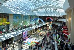 购物在营业日的购物中心的人人群  免版税图库摄影