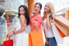 购物在购物中心的妇女 免版税库存图片