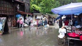 购物在雨中,麸皮镇,特兰西瓦尼亚,罗马尼亚 影视素材