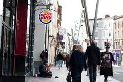 购物在黄柏的帕特里克街,城市` s大街商店,街道执行者、餐馆和繁忙的城市生活上的人们 免版税库存照片