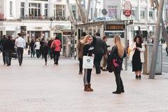 购物在黄柏的帕特里克街,城市` s大街商店,街道执行者、餐馆和繁忙的城市生活上的人们 免版税图库摄影