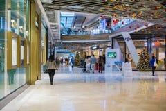 购物在Westfield谷公平的购物中心,圣何塞,加利福尼亚的人们 免版税库存图片