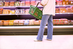 购物大型超级市场妇女 免版税库存照片