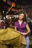 购物妇女年轻人 免版税图库摄影