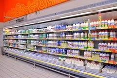 购物搁置用牛奶、牛乳气酒和酸奶在大型超级市场 免版税库存照片