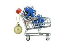 购物新年节日,两在手推车的小礼物盒的概念想法,隔绝与裁减路线,白色背景 图库摄影