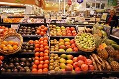 购物果子在副食品商店 免版税库存图片