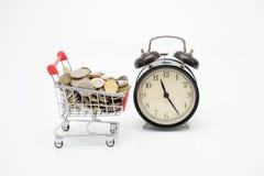 购物概念、台车、硬币和时钟响铃 免版税库存图片