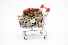 购物概念、台车、硬币和玩具汽车 库存照片