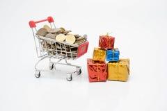 购物概念、台车、硬币和礼物盒 免版税图库摄影