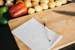 购物清单,食谱书,用餐计划 新鲜的未加工的蔬菜、果子和成份烹调的 r 饮食或 图库摄影