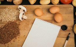 购物清单,食谱书,用餐计划 新鲜的未加工的蔬菜、果子和成份烹调的 r 饮食或 库存图片