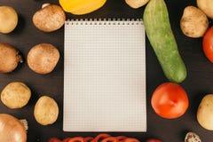 购物清单,食谱书,用餐计划 新鲜的未加工的蔬菜、果子和成份烹调的 r 饮食或 免版税图库摄影
