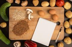 购物清单,食谱书,用餐计划 新鲜的未加工的蔬菜、果子和成份烹调的 r 饮食或 免版税库存照片