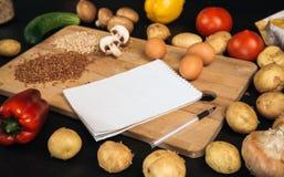购物清单,食谱书,用餐计划 新鲜的未加工的蔬菜、果子和成份烹调的 r 饮食或 免版税库存图片