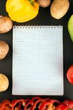 购物清单,食谱书,用餐计划 新鲜的未加工的蔬菜、果子和成份烹调的 r 饮食或 库存照片
