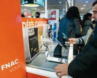 购物电子的黑人星期五销售人民 库存照片