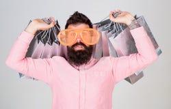 购物的上瘾的消费者 如何准备好在您的下个假期 人有胡子的行家穿戴太阳镜一会儿运载全部 免版税图库摄影