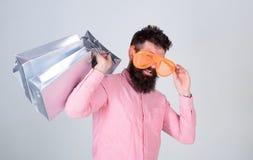 购物的上瘾的消费者 如何准备好在您的下个假期 人有胡子的行家穿戴太阳镜举行束 免版税图库摄影