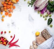购物的新鲜的健康菜,果子,草本,面包 库存照片