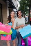 购物的朋友二名妇女 库存照片