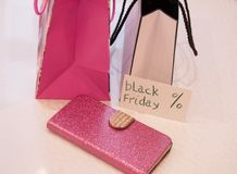 购物的概念,购物纸袋、卡片、钱包和标记与文本染黑星期五 免版税库存图片