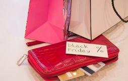 购物的概念,购物纸袋、卡片、钱包和标记与文本染黑星期五 库存照片