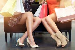 购物衣裳的女友在商店 图库摄影