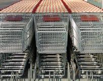 购物车前面停放的购物的视图 库存图片