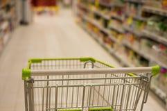 购物车在超级市场,迷离焦点 库存图片