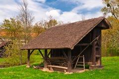 购物车流洒的农厂屋顶下 库存照片