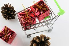 购物车的概念图象有礼物的-圣诞节 免版税图库摄影