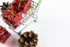 购物车的概念图象有礼物的-圣诞节 库存图片