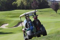 购物车高尔夫球绿色朝向 库存图片