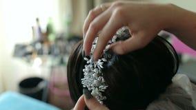 贴在面纱的美发师的特写镜头新娘的头发 回到视图 股票视频
