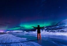 贴墙纸挪威卑尔根群岛朗伊尔城斯瓦尔巴特群岛大厦极性daynight机智的雪城市山的风景本质  库存照片