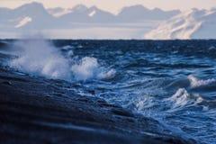 贴墙纸挪威山卑尔根群岛朗伊尔城海洋斯瓦尔巴特群岛北极的风景本质 免版税库存照片