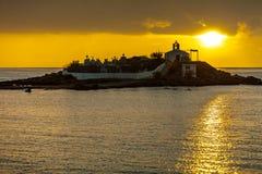 贴水Fokas希腊,在多暴风雨的天气的日出 免版税库存照片
